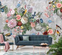 Behang Expresse Floral Utopia INK7578 ABUNDANCE Natur Virágok a bőség kosarából madarakkal betonfal háttéren szürke rózsaszín zöld szines falpanel